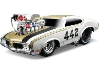 """1970 Oldsmobile 442 White 1/24 """"Muscle Machines"""" by Maisto 32236 Toys & Games"""